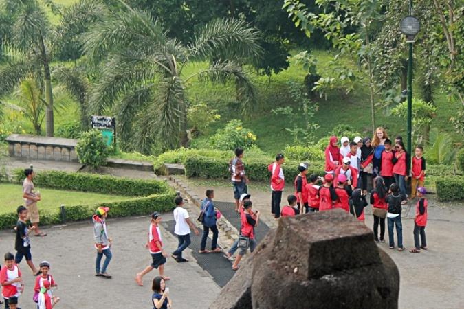 prambanan-student-flocking-tourist